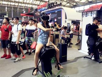 妹子!你玩儿VR的这个姿势我很喜欢